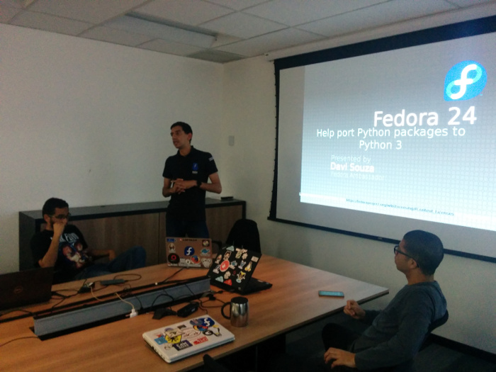 Davi talking about Python and Fedora